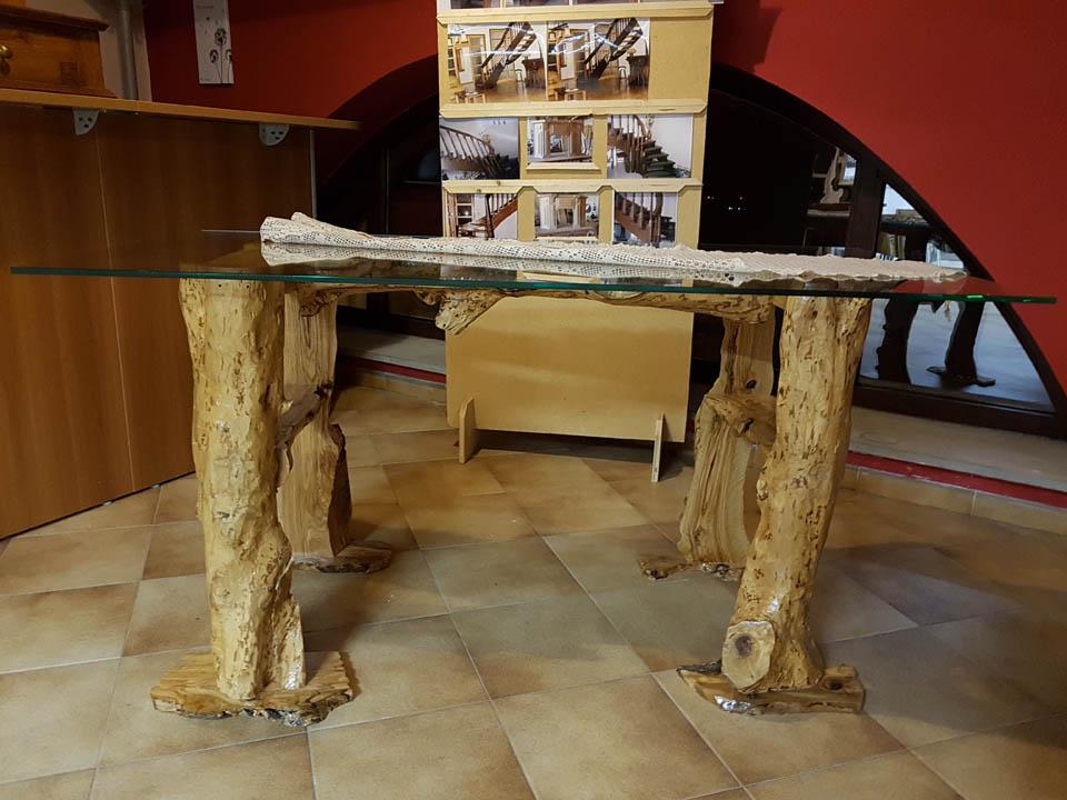 festival-ospitalita-carfizzi-sala-carmine-abate-tavolo-legno